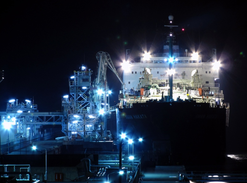 An LNG carrier docks in Japan. ©tsuna72/Flickr