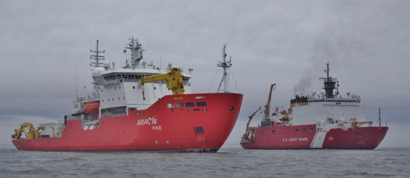 R/V Araon and USCGC Healy last summer. Photo: U.S. Coast Guard/BM2 Lekich.