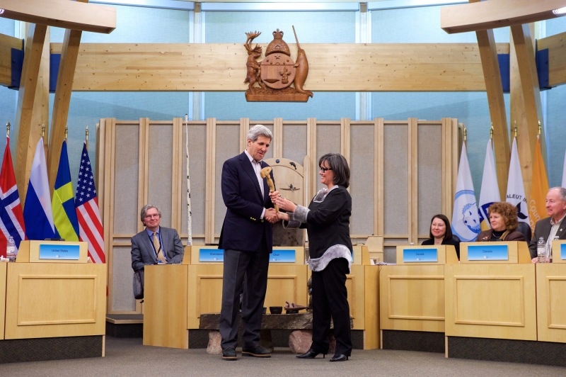 U.S. Secretary of State John Kerry accepts the gavel from Minister Leona Aglukkaq. Photo: U.S. Department of State / Public Domain